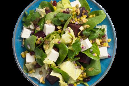 Салат-боул из свеклы с сыром фета и листьями шпината
