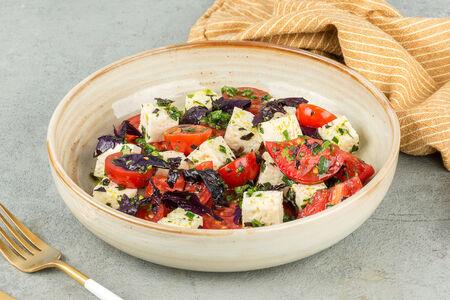 Салат с сыром и тремя видами томатов