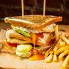 Фото к позиции меню Клаб-сэндвич с куриным филе и картофелем фри