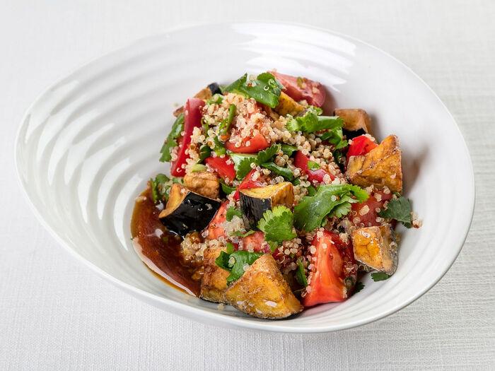 Теплый салат из баклажанов, помидоров и киноа