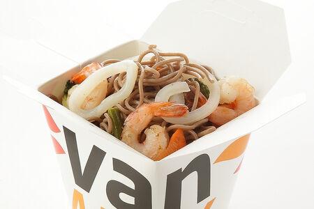 Гречневая лапша с креветками и кальмарами в соусе