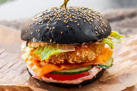Черный бургер с куриным филе