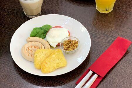 Куриная колбаска с хашбрауном и яйцом пашот