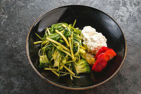 Зеленый салат со страчателлой
