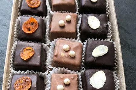 Шоколадные нарезные конфеты с мармеладом