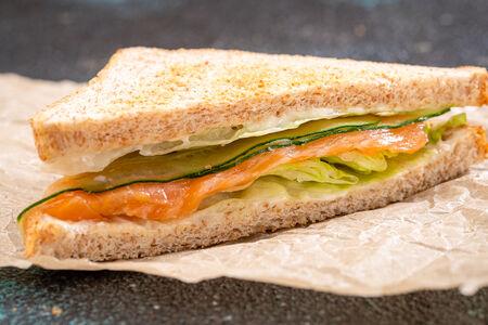 Сэндвич с лососем, огурцом и плавленным сыром