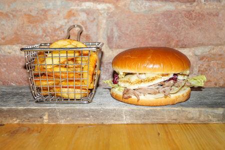 Бургер с рваным мясом утки, камамбером и вишней