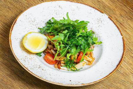 Салат с кальмаром и листьями рукколы