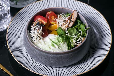 Салат со шпинатом и цыпленком с вертела