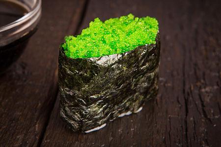 Гункан с зеленой тобикой