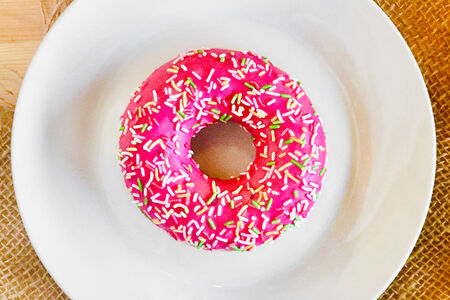 Пончик-донатс с клубничной начинкой