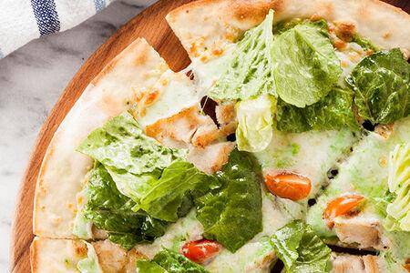 Пицца Цезарь с обжаренным филе куриной грудки с пармезаном