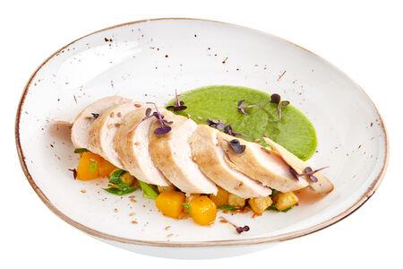 Куриное филе с овощами и зеленым соусом