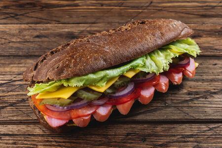 Сэндвич с сосиской и горчичным соусом