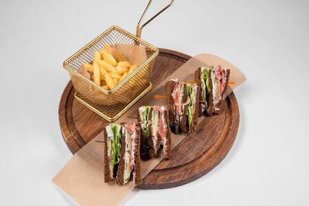 Сэндвич с лососем и картофелем фри