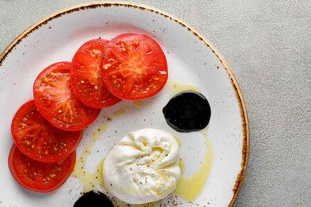 Буррата с фермерскими томатами