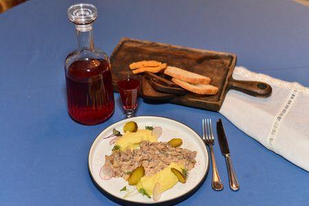 Бефстроганов с картофельным пюре и соленым огурцом