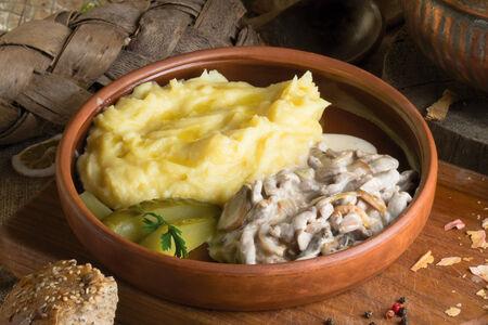 Теленок в сливочном соусе с грибами