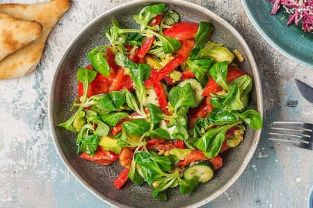 Салат с томатами и авокадо