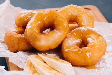 Пончики в сахарной пудре с банановым топпингом