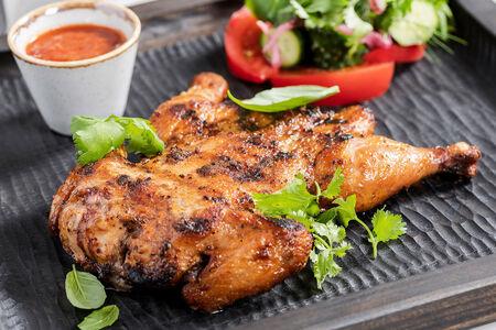 Острый цыпленок на гриле с овощами