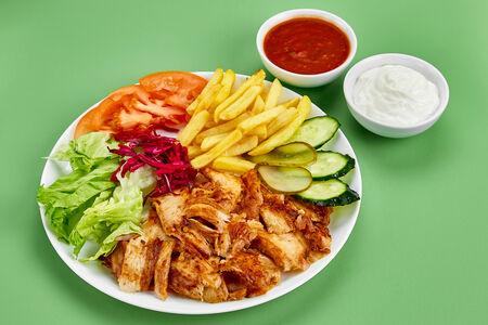 Шаурма на тарелке с арабской питой