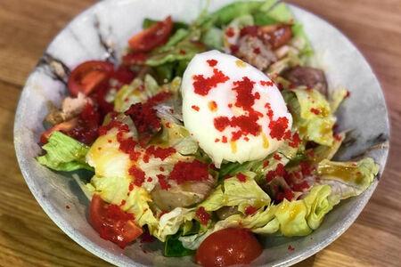Салат фирменный теплый с икрой тобико и яйцом пашот