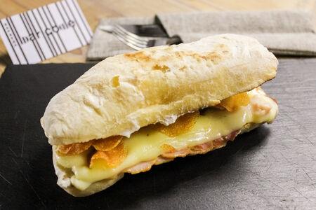 Сэндвич с чипсами и крем чиз