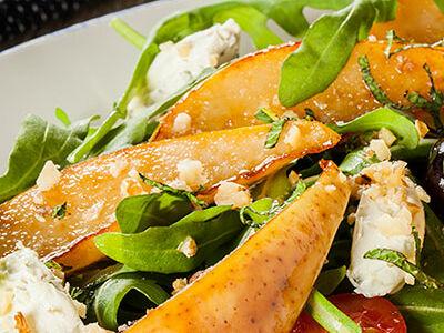 Теплый салат с грушей и сливочным сыром