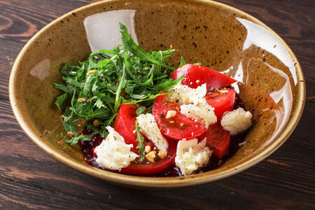 Салат с молодым сыром сулугуни и томатами