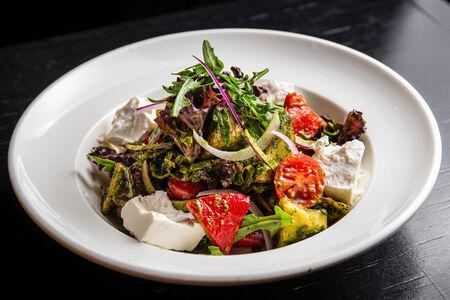 Салат с хрустящими баклажанами и соусом чимичурри