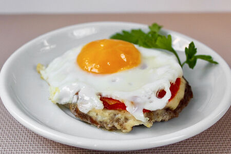 Бифштекс с яйцом и томатом
