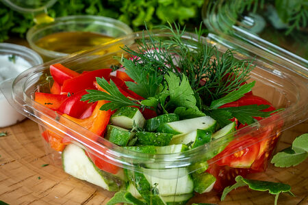 Салат из свежих овощей со сметаной