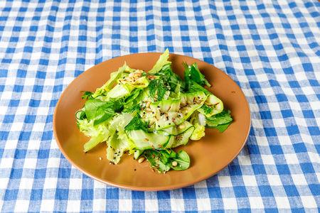 Зеленый салат с льняными семечками и кедровым орехом