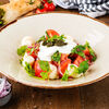 Фото к позиции меню Салат из свежих томатов с соусом мацони