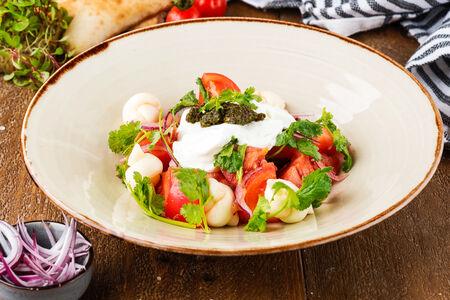 Салат из свежих томатов с соусом мацони