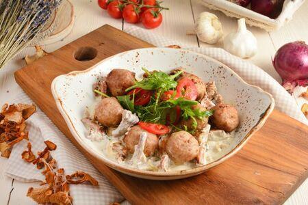 Фрикадельки из индейки в сливочном соусе с вешенками