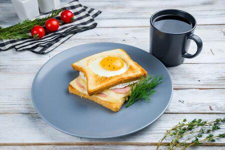 Сэндвич с ветчиной, сыром моцарелла и яйцом