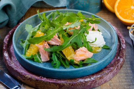 Салат с лососем конфи и творожным сыром