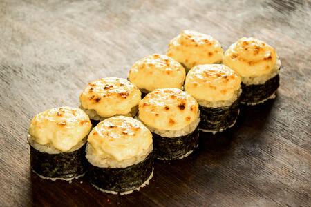 Ролл запеченный сырный с лососем