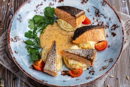 Запеченный лосось с горчичным пюре и ореховым соусом