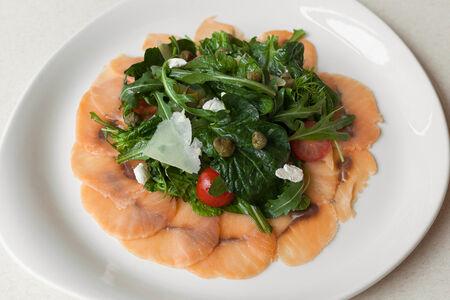 Салат с карпаччо из лосося