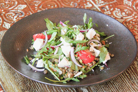 Салат с брынзой, чечевицей и овощами