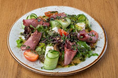 Фирменный салат с копченой кониной