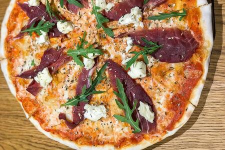 Пицца с сырокопченой говядиной