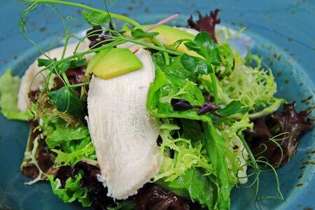 Салат с куриной грудкой и соусом из томлёной груши
