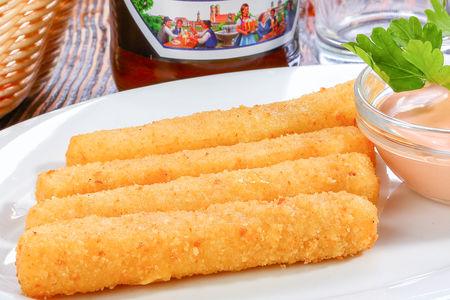 Сырные палочки с соусом Коктейль