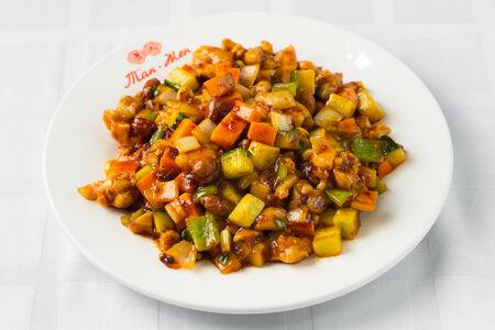 Курица, жаренная кубиками с арахисом и болгарским перцем