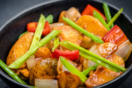 Картофель с овощами и соусом тонкацу