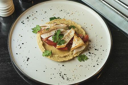 Хумус с кальмаром и томатами